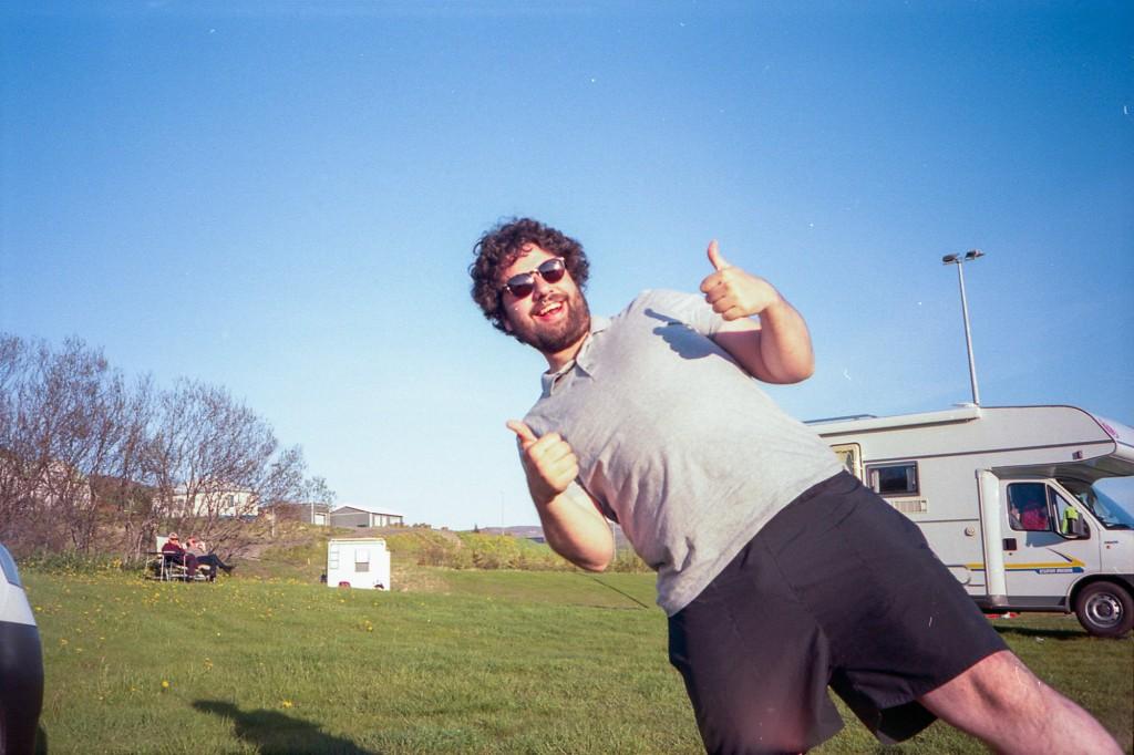 Photo d'un homme lambda qui profite du soleil de minuit et du climat doux de l'été.